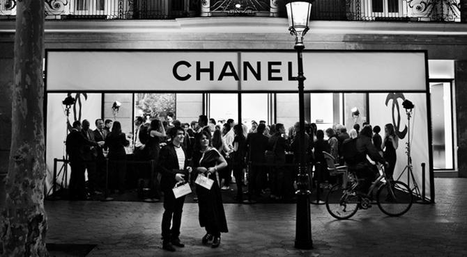 Fachada Chanel em branco e preto