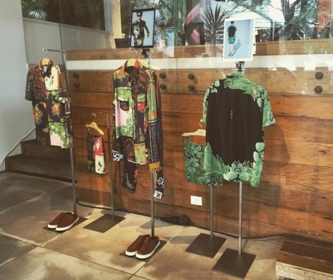 Exposição da coleção 2017 da Osklen, roupos ao lado de tablets
