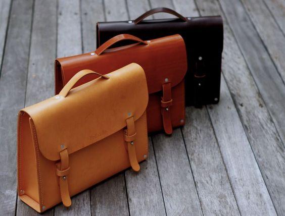 mini maleta de mão feita em couro