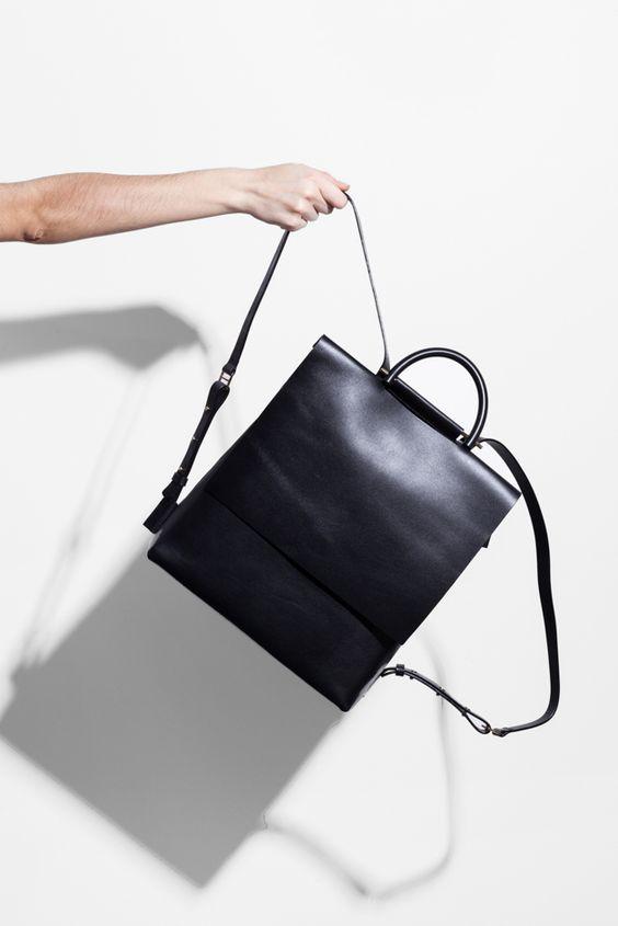mochila minimalista prata de couro