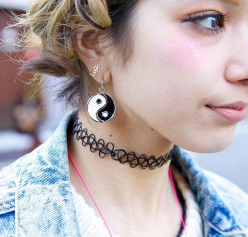 Garota dos anos 90 usando colar choker